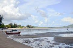 查龙海湾码头,当水平面低在普吉岛泰国 库存照片