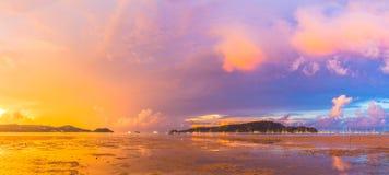 查龙海湾非常重要对旅行事务它是所有小船和游艇小游艇船坞一个中心 免版税图库摄影