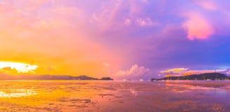查龙海湾非常重要对旅行事务它是所有小船和游艇小游艇船坞一个中心 免版税库存照片