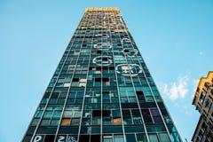 查寻一个calored大厦的前面在圣保罗 免版税库存图片