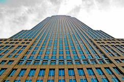 查寻从与云彩的地面的城市大厦 图库摄影