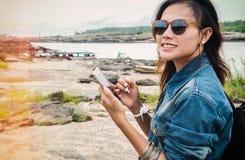 查寻亚洲妇女的立场 免版税库存图片