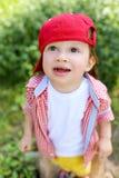 查寻可爱的婴孩站立在草和 免版税库存照片