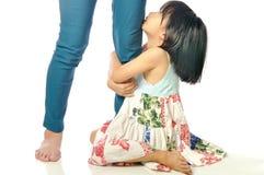 查寻和握她的母亲腿的小亚裔女孩 库存图片