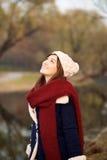 查寻在冬天衣裳的美丽的女孩 图库摄影