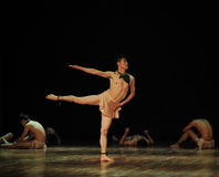 查寻在现代舞蹈舞蹈动作设计者亨利Yu 库存照片