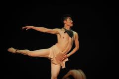 查寻在现代舞蹈舞蹈动作设计者亨利Yu 图库摄影