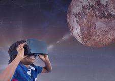 查寻对3D行星的VR耳机的愉快的男孩反对与火光的紫色背景 免版税图库摄影