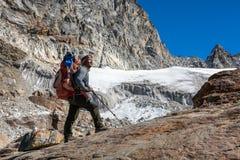 查寻尼泊尔山的指南偶象画象停留和 库存照片