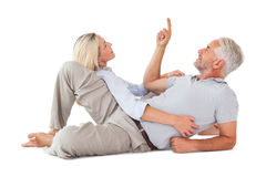查寻微笑的夫妇说谎和 免版税库存照片