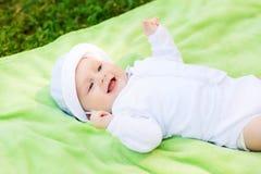查寻微笑的婴孩说谎在地板上和 库存图片