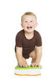 查寻愉快的小男孩的婴孩爬行和 Smi 免版税库存照片