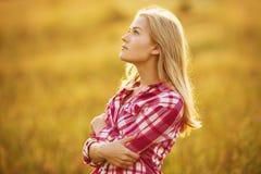 查寻的衬衣的美丽的白肤金发的女孩 免版税图库摄影