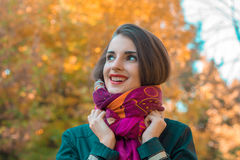 查寻逗人喜爱的女孩拿着手围巾微笑和 免版税库存图片