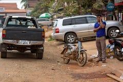 柬埔寨人谈话由手机 免版税库存图片