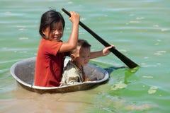 柬埔寨儿童湖树汁tonle 免版税库存照片