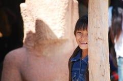 柬埔寨女孩微笑,当拍摄照片在暹粒时 免版税图库摄影