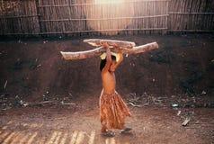 柬埔寨女孩运载的木柴 图库摄影