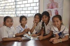 柬埔寨学生在图书馆里读书 图库摄影