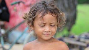 柬埔寨孩子在倾销区域的金边市附近的贫民窟 影视素材
