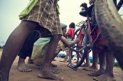 柬埔寨孩子粗劣的工作 库存照片