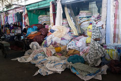 柬埔寨工作者在有堆的帷幕商店布料 免版税库存图片