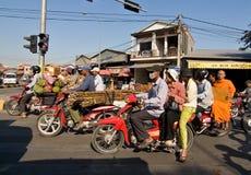 柬埔寨摩托车超载了penh phnom 免版税库存照片