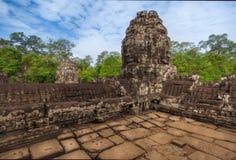 柬埔寨收割siem Bayon寺庙,吴哥历史公园废墟有许多石面孔的 库存图片