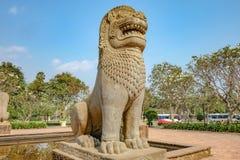 柬埔寨样式狮子雕象在暹粒市公园 库存照片