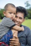 年轻柬埔寨父亲和儿子 库存照片
