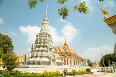 柬埔寨王宫、银色塔和stupa 免版税库存照片