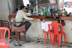 柬埔寨理发师等待的客户机 免版税库存图片