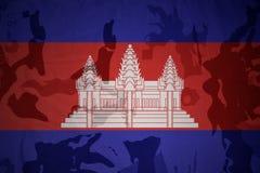 柬埔寨的旗子卡其色的纹理的 装甲攻击机体关闭概念标志绿色m4a1军用步枪s射击了数据条工作室作战u 免版税库存图片