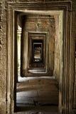 柬埔寨的吴哥城寺庙复合体的一个走廊 免版税库存图片