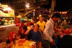 柬埔寨路客栈街道的端餐馆 免版税库存图片