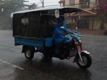 柬埔寨雨- tuk-tuk 免版税库存照片
