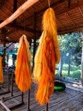 柬埔寨,丝绸海岛,明亮的橙色未加工的丝绸螺纹 免版税图库摄影