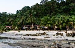 柬埔寨 一座平房的看法在棕榈树中的 免版税库存照片