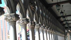 柱子和光在走廊 免版税库存图片