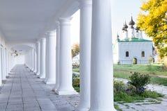 柱子和曲拱走廊俄罗斯苏兹达尔 免版税库存图片