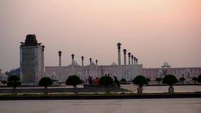 柱子和纪念碑在lucknows ambedkar公园黄昏的 股票视频