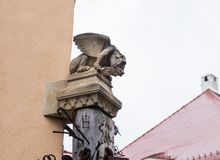 柱子的上面在铁匠铺旁边的,装饰用面貌古怪的人和散布与各种各样的锻件项目在锡比乌市在罗马尼亚 库存照片
