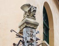 柱子的上面在铁匠铺旁边的,装饰用面貌古怪的人和散布与各种各样的锻件项目在锡比乌市在罗马尼亚 免版税库存图片