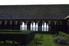 柱廊在内在庭院里 免版税图库摄影