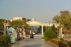 柱廊散步Paralia叫在淡季的Vityazevo 横幅广告海豚和水肺服务 库存图片