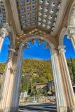柱廊曲拱在加格拉,阿布哈兹,由后照反对天空, 免版税库存照片