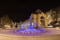 柱廊和唱歌fontain在冬天- Marianske Lazne -捷克 免版税图库摄影