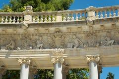 柱廊雕塑,宜人的撤退的公园的池塘 免版税库存图片