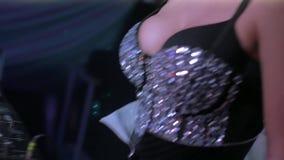 柳叶蒲公英属的Dj女孩跳舞接触乳房在转盘在夜总会 水晶上面 股票视频