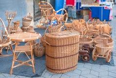 柳条制品在城市的街道上的待售 免版税库存图片
